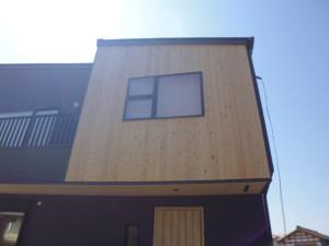 外壁の1面に杉板でアクセントをつけてみました。木目の感じと質感がいいですね!