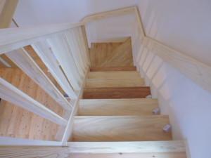 階段は全て手造りです。上から桧、桧、杉、さわら、桧、杉の順に踏板を取り付けました。(材料は自伐材です)
