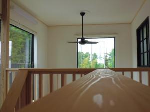 2階の手摺りから、シーリングファンを撮影してみました(木目がキレイですネ)