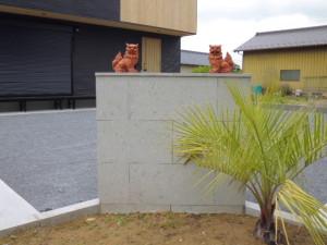 門柱は栃木県産芦野石 シーサーは家の守り神です。
